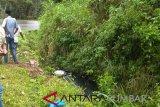 Jalan licin, minibus ini terperosok ke dalam saluran air di Batipuah Tanah Datar