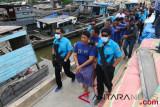 Tersangka pemilik dan pengendali narkoba jaringan internasional yang juga anggota DPRD Langkat dari Fraksi NasDem Ibrahim Hasan (tengah) digiring petugas Badan Narkotika Nasional (BNN) bersama 10 tersangka lainnya saat gelar kasus, di Belawan, Medan, Sumatera Utara, Selasa (21/8/2018). BNN, TNI AL, dan Bea Cukai berhasil menggagalkan peredaran 105 Kg sabu-sabu dan 30.000 butir pil ekstasi asal Malaysia serta menangkap 11 orang tersangka. (ANTARA FOTO/Irsan Mulyadi)