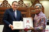 Wakil Menteri Luar Negeri A.M.Fachir (kanan) dan Direktur Jenderal Asia dan Oseania Kementerian Luar Negeri (Kemenlu) Peru Elard Escala Sanches Barreto (kiri) bertukar cenderamata usai mengadakan pertemuan bilateral di Kantor Kementerian Luar Negeri, Jakarta, Kamis (2/8/2018). Pertemuan tersebut membahas kerja sama bilateral bidang ekonomi dan kerja sama bilateral lainnya di antara kedua negara. (ANTARA /Humas Kemenlu/Suwandy)