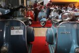 Juri memberikan penilaian terhadap motor Vespa milik peserta kontes di Gor Jayabaya Kota Kediri, Jawa Timur, Minggu (5/8). Kontes motor Vespa yang terbagi dalam 12 kategori tersebut diikuti sejumlah perwakilan klub vespa se-Indonesia. Antara jatim/Prasetia Fauzani/18
