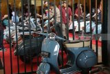 Pengunjung mengamati motor Vespa milik peserta kontes di Gor Jayabaya Kota Kediri, Jawa Timur, Minggu (5/8). Kontes motor Vespa yang terbagi dalam 12 kategori tersebut diikuti sejumlah perwakilan klub vespa se-Indonesia. Antara jatim/Prasetia Fauzani/zk/18