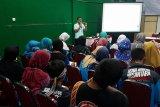 Sejumlah peserta Siswa Mengenal Nusantara (SMN) 2018 dari Jawa Tengah berkunjung ke Aloe Vera Center di Jalan 28 Oktober Pontianak, Kalbar, Sabtu (18/8). Kegiatan tersebut untuk mengenalkan kepada siswa-siswi tentang salah satu ikon budidaya tanaman khas lidah buaya yang menjadi unggulan Kalbar. ANTARA FOTO/Jessica Helena Wuysang/18