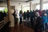 Sejumlah peserta Siswa Mengenal Nusantara (SMN) 2018 berkunjung ke Gereja Kristen Kalimantan Barat (GKKB) di Pontianak, Sabtu (18/8). Sebanyak 38 Siswa Mengenal Nusantara (SMN) asal Jawa Tengah dalam rangkaian agenda BUMN hadir untuk negeri menyambangi sedikitnya 7 tempat ibadah dari berbagai agama di Kota Pontianak. Kegiatan tersebut bertujuan untuk belajar tentang keberagaman dan toleransi antar umat beragama.ANTARA FOTO/Jessica Helena Wuysang/18