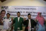 Ketua Dewan Pengurus Persatuan Ummat Islam (PUI) Jabar Engkos Kosasih (kedua kiri) bersama Ketua Dewan Pertimbangan Wilayah PUI Jabar Iding Bahruddin (kedua kanan), Ketua Pimpinan Wanita PUI Jabar Titin Hunaenah (kanan) dan Ketua Pimpinan Wilayah Pemuda PUI Jabar Jumadi (kiri) berpose bersama usai Deklarasi Pengajuan Ahmad Heryawan sebagai Calon Wakil Presiden Indonesia di bandung, Jawa Barat, Jumat (3/8). DPW PUI Jabar mengajukan Gubernur Jawa Barat Ahmad Heryawan dua Periode 2008-2018 sebagai Calon Wakil Presiden pendamping Calon Presiden Prabowo Subianto sehingga bisa menjadi pertimbangan bagi Koalisi Keumatan. ANTARA JABAR/Novrian Arbi/agr/18