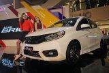 Model berpose di samping mobil All New Honda Brio saat peluncurannya di Tunjungan Plaza, Surabaya, Jawa Timur, Jumat (10/8). Honda Surabaya Center, Main Dealer Honda wilayah Jawa Timur, Bali, Nusa Tenggara memperkenalkan generasi kedua dari Honda Brio, yakni All New Honda Brio dengan desain baru yang lebihi sporty, dimensi lebihi besar serta penambahan fitur-fitur yang khusus dirancang untuk konsumen di Indonesia. Antara Jatim/Moch Asim/18.