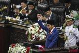 Presiden Joko Widodo menyampaikan pidato kenegaraan saat Sidang Bersama DPR-DPD di Gedung Nusantara, Kompleks Parlemen, Senayan, Jakarta, Kamis (16/8/2018). (ANTARA FOTO/Hafidz Mubarak A)
