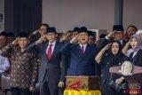 Ketua Yayasan Pendidikan Bung Karno Rachmawati Soekarnoputri (kedua kanan) bersama Bakal Capres Cawapres Prabowo Subianto (tengah) dan Sandiaga Uno (kedua kiri) serta politisi senior PAN Amien Rais (kiri) mengikuti Upacara Peringatan Detik-detik Proklamasi Kemerdekaan ke-73 di Universitas Bung Karno (UBK), Jakarta, Jumat (17/8/2018). (ANTARA FOTO/Galih Pradipta)