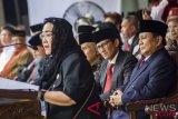 Ketua Yayasan Pendidikan Bung Karno Rachmawati Soekarnoputri (kiri) memberikan pidato kebangsaan disaksikan Bakal Capres Cawapres Prabowo Subianto (kanan) dan Sandiaga Uno (tengah) saat mengikuti Upacara Peringatan Detik-detik Proklamasi Kemerdekaan ke-73 di Universitas Bung Karno (UBK), Jakarta, Jumat (17/8/2018). (ANTARA FOTO/Galih Pradipta)