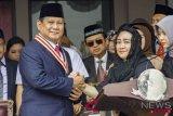 Ketua Yayasan Pendidikan Bung Karno Rachmawati Soekarnoputri (kanan) berjabat tangan dengan Bakal Capres Prabowo Subianto (kiri) usai mengikuti Upacara Peringatan Detik-detik Proklamasi Kemerdekaan ke-73 di Universitas Bung Karno (UBK), Jakarta, Jumat (17/8/2018). (ANTARA FOTO/Galih Pradipta)
