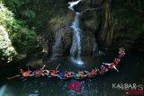 Wisatawan menikmati wahana permainan air 'river tubing' di sungai Santirah, Desa Selasari, Kabupaten Pangandaran, Jawa Barat, Kamis (2/8/2018). Wisata Santirah dikelola oleh Desa Selasari bekerjasama dengan Karang Taruna Santirah dengan menawarkan jalur sungai melewati gua sepanjang 1,5 kilometer dengan tarif Rp125.000 per orang. (ANTARA FOTO/Adeng Bustomi/foc)