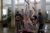 Warga sembelih hewan kurban di RPH Purwokerto