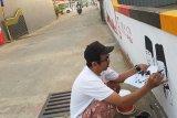 Ilustrator, Budi Kurniawan membuat mural Soekarno-Hatta di dinding tembok Gang Suka Jaya, Pontianak, Kalbar, Senin (13/8). Pembuatan mural tersebut untuk menyambut HUT ke-73 Kemerdekaan Republik Indonesia. ANTARA FOTO/Jessica Helena Wuysang/18