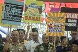 Gubernur Provinsi Jawa Barat Ridwan Kamil (kedua kiri) bersama Kapolda Jawa Barat Irjen Pol Agung Budi Maryoto (kiri) dan Pangdam III Siliwangi Mayjen TNI Besar Harto (ketiga kiri) mengikuti deklarasi bersama pada acara Deklarasi Damai Bersama Pemilu Legislatif dan Pemilu Presiden 2019 di Mapolda Jawa Barat, Bandung, Jawa Barat, Rabu (12/9). Deklarasi tersebut diikuti oleh KPU Jawa Barat, Kepolisian, TNI, Jaksa, Ulama, Tokoh Masyarakat hingga mahasiswa guna menjaga Pemilu 2019 mendatang tetap kondusif khususnyadi daerah Jawa Barat.  ANTARA JABAR/Novrian Arbi/agr/18