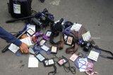 Sejumlah wartawan melakukan demonstrasi dengan meletakkan ID kartu pers dan kamera di Jalan Raya Ledokombo, Jember, Jawa Timur, Sabtu (22/9). Aksi ini dilakukan sebagai bentuk kekecewaan terhadap oknum Dinas Pariwisata Jember karena melarang wartawan untuk masuk lokasi Festival Egrang ke-9 yang digelar Tanoker dan dihadiri Menteri Pemberdayaan Perempuan dan Perlindungan Anak Yohana Yembise. Antara Jatim/Seno/mas/18.