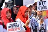 Sejumlah guru tidak tetap (GTT) dan honorer yang tergabung dalam Persatuan Guru Republik Indonesia (PGRI) menggelar unjuk rasa di depan kantor DPRD Kabupaten Blitar, Jawa Timur, Rabu (26/9).  Selain melakukan aksi mogok mengajar sejak Senin (24/9), massa yang jumlahnya mencapai empat ribu lebih tersebut menuntut dicabutnya Peraturan Mentri Pendayagunaan Aparatur Negara (Permenpan) Nomor 36 Tahun 2018 tentang Teknis Rekrutmen CPNS. Antara Jatim/Irfan Anshori/mas/18.