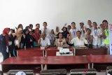 Pelajar asal Provinsi Riau yang mengikuti program BUMN Hadir Siswa Mengenal Nusantara di Ambon, berpose bersama usai megikuti kegiatan bedah buku SMN
