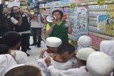 Indra Setia Dewi, Manager Marketing & Communications FSC Indonesia sedang menjelaskan tentang produk bertanda FSC kepada para pelajar sekolah SDN Jatiwaring 3 Pondok Gede pada rangkaian acara launching roadshow FSC Corner 2018 di Giant Ekstra Pondok Gede, Bekasi. (Megapolitan.Antaranews.Com/Foto: FSC Indonesia).