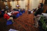 Head Project IndiHome Storage Telkomsigma Bambang H Purnomo (kanan) menyampaikan materi tentang Telkom Cloud saat peluncuran layanan IndiHome Gamer di Surabaya, Jawa Timur, Sabtu (22/9). PT Telkom menghadirkan IndiHome Gamer bagi pelanggan yang memiliki hobi bermain game online melalui PC dengan keuntungan diantaranya akses jaringan lebih cepat, ekslusif item, pengalaman ganda serta berbagai hadiah menarik lainnya. Antara Jatim/Moch Asim/18.