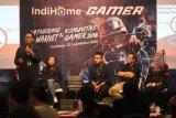Content Developer PT Melon Christopher (kiri), Divisi Service Solution IndiHome Gamer Katherine (kedua kiri), Divisi Digital BosQu Rizal Prihandoko (tengah) serta Head Project IndiHome Storage Telkomsigma Bambang H Purnomo (kedua kanan) menjadi narasumber saat peluncuran layanan IndiHome Gamer di Surabaya, Jawa Timur, Sabtu (22/9). PT Telkom menghadirkan IndiHome Gamer bagi pelanggan yang memiliki hobi bermain game online melalui PC dengan keuntungan diantaranya akses jaringan lebih cepat, ekslusif item, pengalaman ganda serta berbagai hadiah menarik lainnya. Antara Jatim/Moch Asim/18.