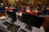 Para gamer dan pengusaha warung internet mendengarkan pemaparan dari narasumber saat peluncuran layanan IndiHome Gamer di Surabaya, Jawa Timur, Sabtu (22/9). PT Telkom menghadirkan IndiHome Gamer bagi pelanggan yang memiliki hobi bermain game online melalui PC dengan keuntungan diantaranya akses jaringan lebih cepat, ekslusif item, pengalaman ganda serta berbagai hadiah menarik lainnya. Antara Jatim/Moch Asim/18.