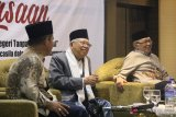 Dewan Pembina Badan Pembinaan Ideologi Pancasila (BPIP), KH Ma'ruf Amin (tengah) didampingi Ketua PWNU Kalbar, Hildi Hamid (kanan) dan Akademis, Jipridin (kiri) berbicara saat menghadiri Dialog Kebangsaan di Pontianak, Sabtu (15/9). Dalam acara yang digelar Aliansi Pemuda Lintas Agama Pontianak tersebut, KH Ma'ruf Amin Ma'ruf menegaskan tidak ada ideologi yang bisa menggantikan Pancasila di NKRI. ANTARA FOTO/Jessica Helena Wuysang/18
