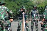 Komandan Puspenerbal Laksamana Pertama TNI Dwika Tjahja (tengah) mengarahkan dalam permainan