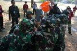 Sejumlah Prajurit TNI AL berlomba dalam permainan