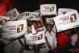 Relawan Jokowi-Maruf Amin bersorak saat Capres petahana Joko Widodo dan Cawapres Ma'ruf Amin mendapat nomor urut 01 dalam Pilpres 2019, di depan gedung KPU, Jakarta, Jumat (21/9/2018). ANTARA FOTO/Dhemas Reviyanto/wsj.