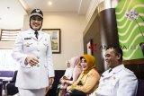 Bupati Purwakarta Anne Ratna Mustika (kiri) berbincang dengan Wakil Bupati Purwakarta Aming (kanan) sebelum mengikuti prosesi