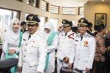 Wali Kota Bandung Oded M Danial (kedua kanan) berbincang dengan Wakil Wali Kota Sukabumi Andri Setiawan Hamami (kanan) dan Wakil Wali Kota Bandung Yana Mulyana (kedua kiri) sebelum mengikuti prosesi