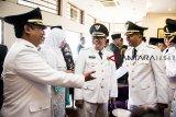 Wali Kota Bandung Oded M Danial (kedua kanan) berbincang dengan Wakil Wali Kota Bandung Yana Mulyana (kiri) dan Bupati Sumedang Erwan Setiawan (kanan) sebelum mengikuti prosesi