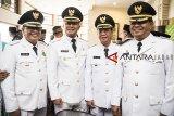 Wali Kota Bandung Oded M Danial (kiri) bersama Bupati Sumedang Erwan Setiawan (kedua kiri), Wakil Wali Kota Sukabumi Andri S Hamami (kedua kanan) dan Bupati Bandung Barat Aa Umbara (kanan) berfoto bersama sebelum mengikuti prosesi