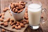 Lebih baik konsumsi susu almond atau susu sapi?