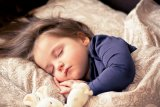 Cara ajari anak patuhi jadwal makan dan tidur sejak bayi