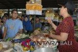 Bakal Calon Wakil Presiden Sandiaga Uno (kiri) berbincang dengan pedagang saat mengunjungi Pasar Sindhu di Sanur, Denpasar, Bali, Minggu (9/9). Sandiaga Uno melakukan kunjungan untuk menyerap aspirasi para pedagang pasar. ANTARA FOTO/Fikri Yusuf/wdy/2018