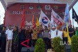 Kapolda Bali Irjen Pol Petrus Reinhard Golose (keenam kanan), Ketua DPRD Bali I Nyoman Adi Wiryatama (tengah), Gubernur Bali Wayan Koster (keenam kiri), Wakil Gubernur Bali Tjokorda Oka Artha Ardana Sukawati (kelima kiri), Ketua DPD Gerindra Bali Ida Bagus Putu Sukarta (kelima kanan) dan pewakilan partai politik bergandengan tangan saat deklarasi pemilu damai di Monumen Bajra Sandhi Denpasar, Bali, Kamis (20/9). Deklarasi yang diikuti perwakilan partai politik dan calon anggota legislatif seluruh Bali itu sebagai bentuk kesepakatan untuk mengikuti proses dan tahapan Pemilu 2019 secara aman, damai, dan sejuk. ANTARA FOTO/Wira Suryantala/wdy/2018.