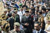Gubernur Jawa Barat Ridwan Kamil (tengah) bersama sejumlah Bupati serta Wali Kota yang akan dilantik mengikuti prosesi
