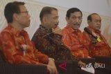Menko Kemaritiman Luhut Binsar Panjaitan (kedua kanan) didampingi Menteri Pariwisata Arief Yahya (kedua kiri), Presiden Komisaris PT Garuda Adhimatra Indonesia Sang Nyoman Suwisma (kanan) dan Presiden Komisaris Alam Sutera Group Haryanto Tirtohadiguno (kiri) menyampaikan keterangan pers jelang peresmian Patung Garuda Wisnu Kencana di Ungasan, Badung, Bali, Sabtu (22/9). ANTARA FOTO/Fikri Yusuf/wdy/2018.