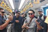 ST 12 ngamen di dalam trainset LRT Palembang