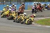 Sejumlah pembalap kelas 150 cc beradu cepat dalam kejuaraan Asia Road Racing Championship (ARRC) 2018 seri ke V di Sirkuit Sentul, Bogor, Jawa Barat, Sabtu (13/10 ). ANTARA JABAR/Yulius Satria Wijaya/agr/18.