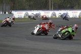 Sejumlah pembalap kelas 600 cc beradu cepat dalam kejuaraan Asia Road Racing Championship (ARRC) 2018 seri ke V di Sirkuit Sentul, Bogor, Jawa Barat, Sabtu  (13/10 ). ANTARA JABAR/Yulius Satria Wijaya/agr/18.
