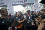 Gubernur Jawa Barat Ridwan Kamil (keenam kanan) bersama alumni ITB angkatan 90 memasuki garis finish saat mengikuti BNI ITB Ultra Marathon di Kampus ITB, Bandung, Jawa Barat, Minggu (14/10). BNI ITB Ultra Marathon dengan rute Jakarta-Bandung yang menempuh jarak 170 kilometer itu digelar dalam rangka mengkampanyekan gaya hidup sehat serta sebagai ajang perluasan literasi keuangan. ANTARA JABAR/Raisan Al Farisi/agr/18