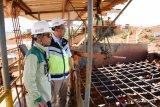 Kepala Bagian Hukum Ditjenl Mineral dan Batubara (Minerba) Kementerian ESDM Heriyanto (kedua kiri) didampingi Mine Operation Assistant Manager Taufik Kadar Nurdaya (kiri) meninjau lokasi Unit Bisnis Pertambangan (UBP) Bauksit PT Antam TBK di Kecamatan Tayan, Kabupaten Sanggau, Kalbar, Selasa (16/10/2018). Peninjauan tersebut untuk melihat langsung proses pengolahan produksi tambang UBP Bauksit PT Antam TBK. ANTARA FOTO/Jessica Helena Wuysang