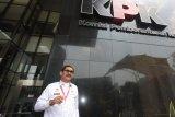 Kepala Imigrasi Kelas I Bandara Internasional Soekarno-Hatta, Enang Supriyadi Syamsie berjalan usai menjalani pemeriksaan di gedung KPK, Jakarta, Senin (8/10/2018). Enang Supriyadi Syamsie diperiksa sebagai saksi pemeriksaan tambahan pengembangan perkara tersangka pengacara Lucas dalam kasus dugaan menghalangi penyidikan dugaan suap yang melibatkan Eddy Sindoro. ANTARA FOTO/Reno Esnir/ama