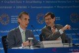 Economic Counsellor IMF Maurice Obstfeld (kanan) berbincang dengan Deputy Director, Research Department IMF Gian Maria Milesi-Ferretti (kiri) di sela-sela sesi konferensi pers Pertemuan Tahunan IMF-World Bank Group 2018 di Bali International Convention Center (BICC), Nusa Dua, Bali, Selasa (9/10/2018). Sesi diskusi tersebut membahas prospek perekonomian di berbagai negara di dunia ke depannya. ANTARA FOTO/ ICom/AM IMF-WBG//Nyoman Budhiana/pras.