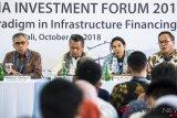 Menteri BUMN Rini Soemarno (kedua kanan) bersama Gubernur Bank Indonesia Perry Warjiyo (kedua kiri), Ketua Dewan Komisioner OJK Wimboh Santoso (kiri) dan Dirut Bank Mandiri Kartika Wirjoatmodjo (kanan) menjawab pertanyaan wartawan saat pembukaan Indonesia Investment Forum 2018 di sela-sela Pertemuan Tahunan IMF World Bank Group 2018 di Nusa Dua, Bali, Selasa (9/10/2018). Forum IIF 2018 tersebut akan membahas paradigma baru dalam pembiayaan infrastruktur. ICom/AM IMF-WBG/M Agung Rajasa/foc.