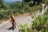 Peserta mengikuti Jelajah Wisata Lereng Wilis di Kabupaten Madiun, Jawa Timur, Minggu (14/10). Jelajah wisata alam di lereng Gunung Wilis yang diikuti sekitar 700 orang berjalan kaki dan sekitar 70 orang mengendarai sepeda motor trail menyusuri jalan sepanjang sekitar 15 kilometer dalam rangka memperingati HUT ke-73 TNI tersebut untuk mengenalkan objek wisata di kawasan itu. Antara Jatim/Siswowidodo/mas/18