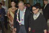 Sekretaris Jenderal PBB Antonio Guterres (kedua kanan) disambut Menteri Luar Negeri Retno Marsudi (kanan) saat tiba di Bandara Internasional I Gusti Ngurah Rai, Bali, Rabu (10/10). Sekjen PBB Antonio Guterres dijadwalkan akan menghadiri Asean Leaders Gathering yang diselenggarakan di sela-sela rangkaian Pertemuan Tahunan IMF-World Bank Group 2018 di kawasan Nusa Dua, Bali. ANTARA FOTO/Fikri Yusuf/ama Kedatangan-Sekjen-Pbb-101018-fik