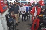 Menteri ESDM Ignasius Jonan (kiri) bersama Dirut Pertamina Nicke Widyawati (kedua kiri) meninjau pengisian bahan bakar minyak (BBM) pada salah satu SPBU saat kunjungan kerja di Palu, Sulawesi Tengah, Jumat (19/10/2018). Kunjungan itu diantaranya untuk memastikan kelancaran distribusi serta ketersedian BBM dan maupun listrik pascagempa dan tsunami yang melanda daerah tersebut. ANTARA FOTO/Mohamad Hamzah/hp.