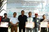 Direktur Perencanaan dan Pembangunan Infrastruktur Migas Kementerian ESDM Alimuddin Baso (kedua kiri) dan Anggota DPR RI Komisi VII Maman Abdurrahman (ketiga kiri) berfoto bersama nelayan penerima paket konverter kit mesin perahu berbahan bakar gas di Singkawang, Kalbar, Minggu (21/10/2018). Kementerian ESDM bersama PT Pertamina (persero) dan Komisi VII DPR RI menyalurkan bantuan paket konverter kit kepada 92 nelayan kecil di Kota Singkawang Kalbar guna mendukung Pemerintah dalam program konversi BBM ke bahan bakar gas. ANTARA FOTO/HS Putra/jhw